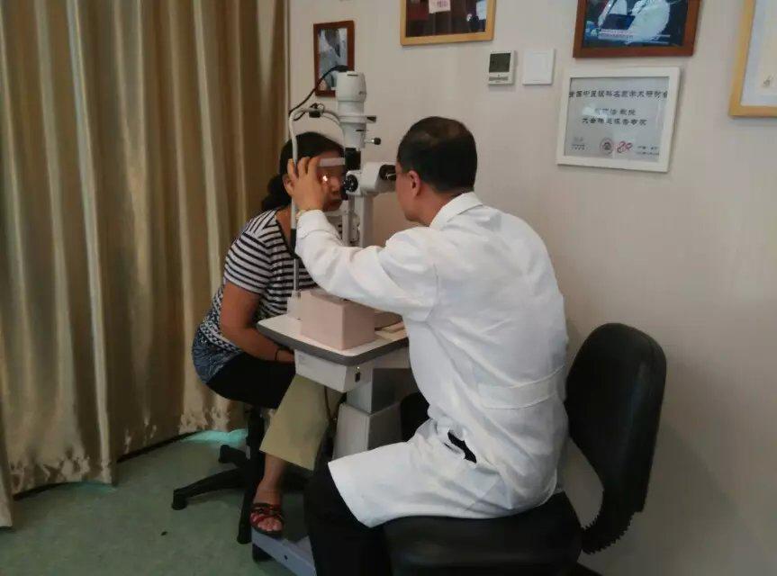 医生为干眼两年的林女士检查