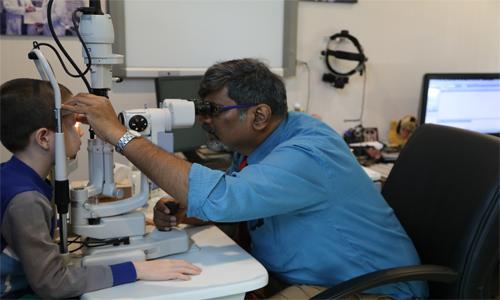 卡夫恩医生为患者检查眼健康