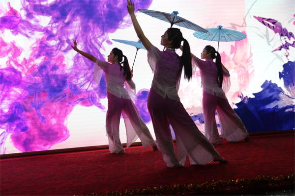 希玛护士的《江南雨》舞蹈让人目不转睛,令人陶醉!