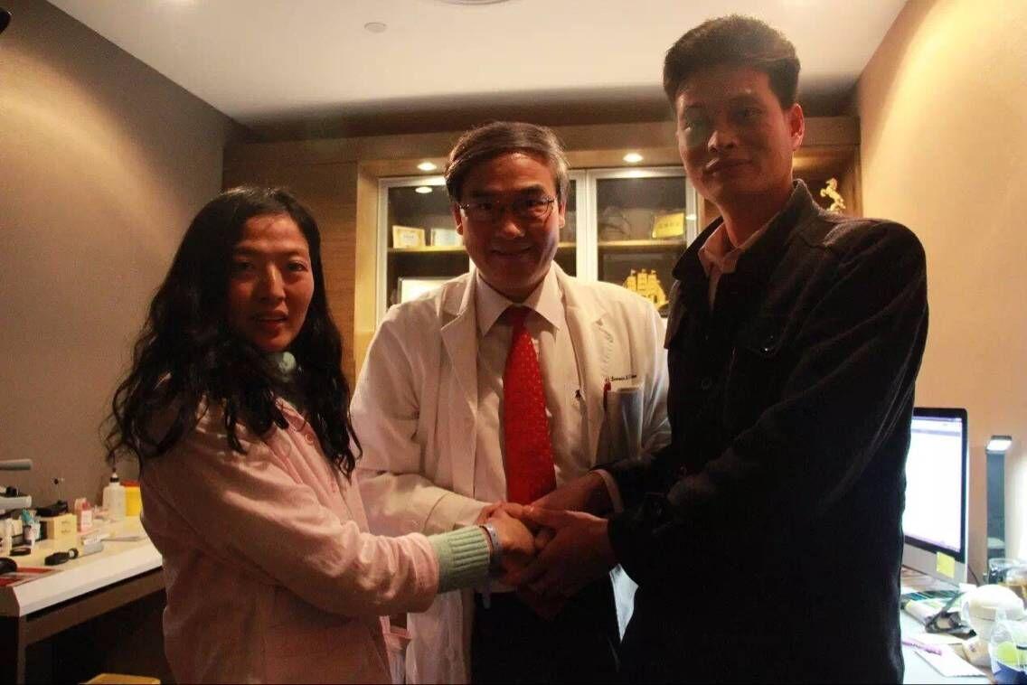 马凡综合症患者胡红红一家与林顺潮医生握手合影