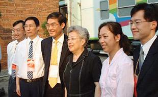 吴仪副总理参观健康快车显微手术培训中心