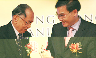 2007年有前任香港高法院负责人大法官杨铁梁颁
